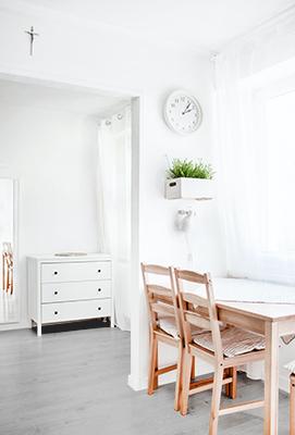 comedor con suelos grises y paredes blancas