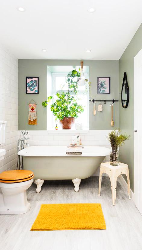Baño con suelo vinilico gris y paredes verdes