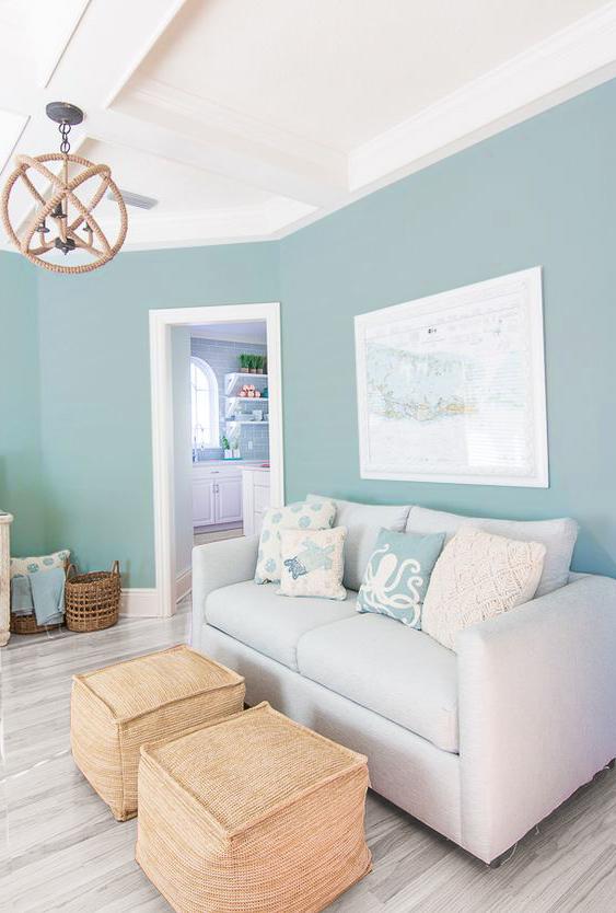 Salón con paredes azules y suelos grises