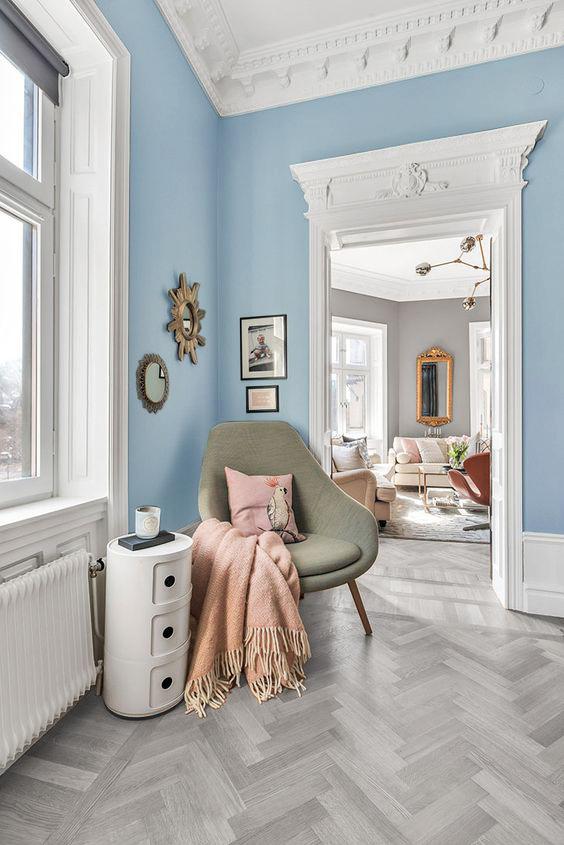 Suelo de madera color gris combinado con paredes azules