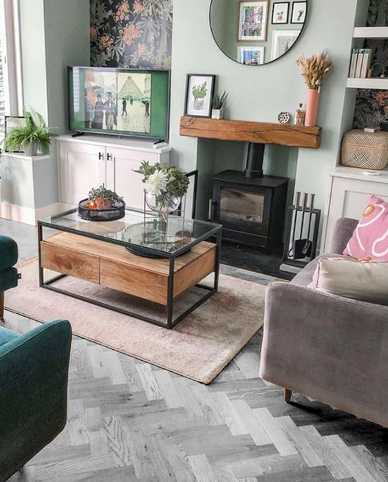 Salón con suelos grises y pare color verde