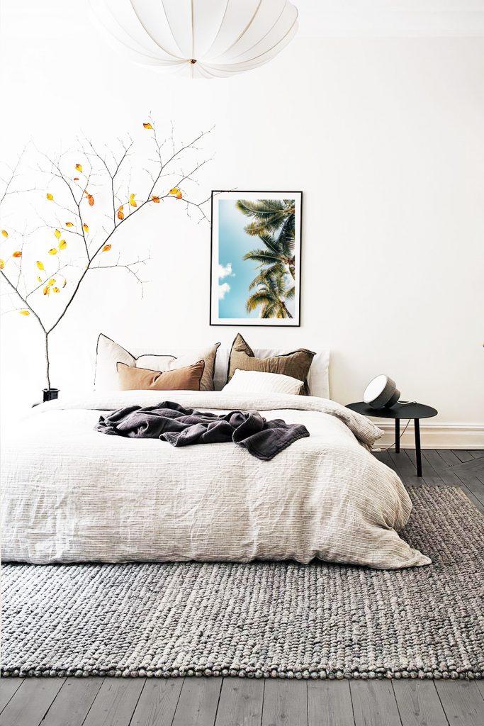 habitación blanca con suelos grises
